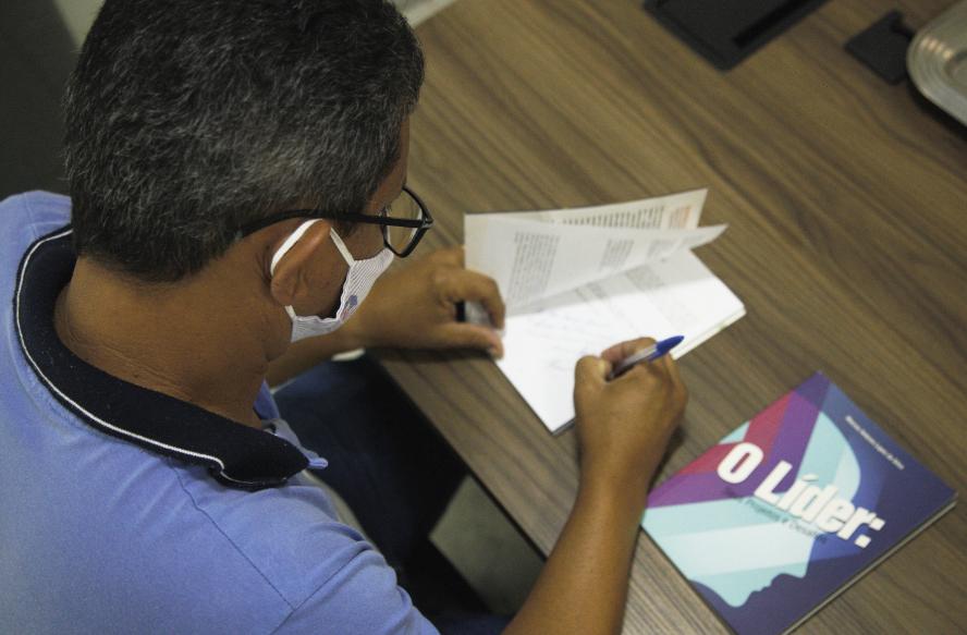 DME de Chã Preta-AL lança livros na Undime Alagoas sobre Liderança e Depressão