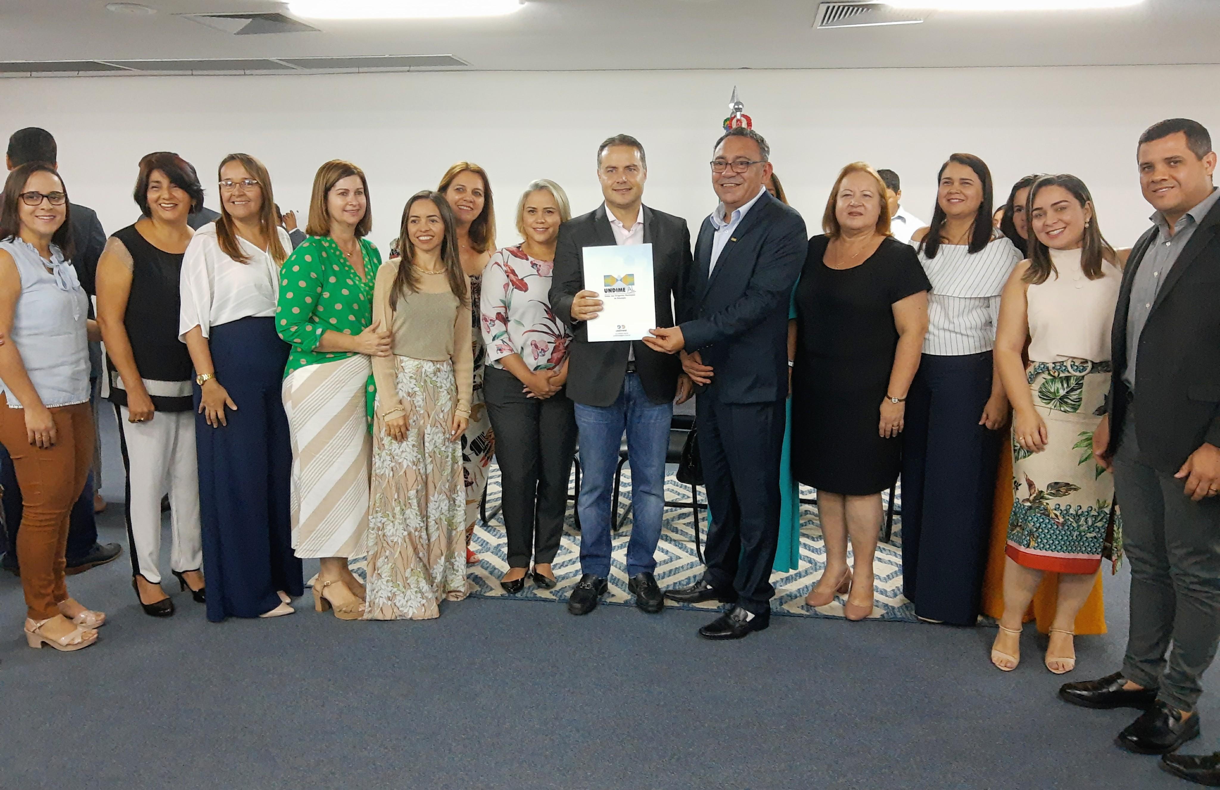 Renan Filho recebe da Undime Alagoas carta de apoio ao Novo Fundeb durante premiação do Escola 10